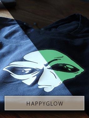 Image en deux parties qui montre la tête d'un extraterrestre imprimée sur un T-shirt noir, une fois dans la lumière et une fois dans l'obscurité.