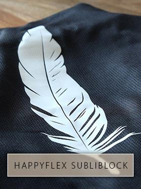 Un stylo blanc en HappyFlex Subliblock avec butée de sublimation imprimée sur tissu jersey noir.
